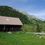 The hut in Lomska Duliba valley